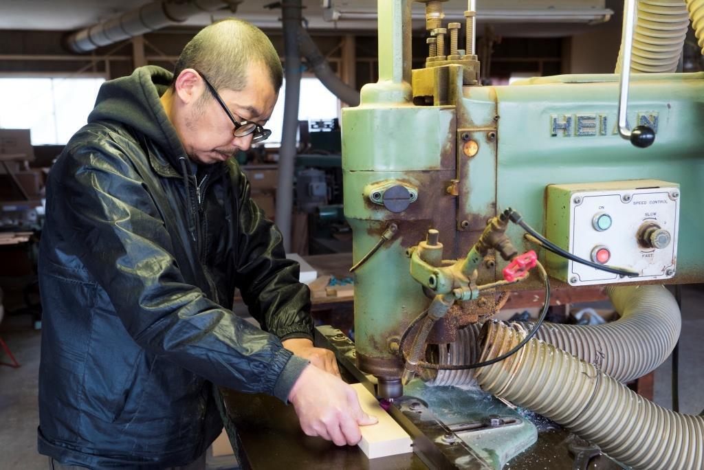 工房で木材を切削する廣松さん
