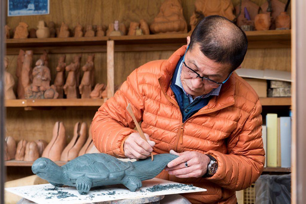 全長45センチメートルの亀の像を粘土で製作