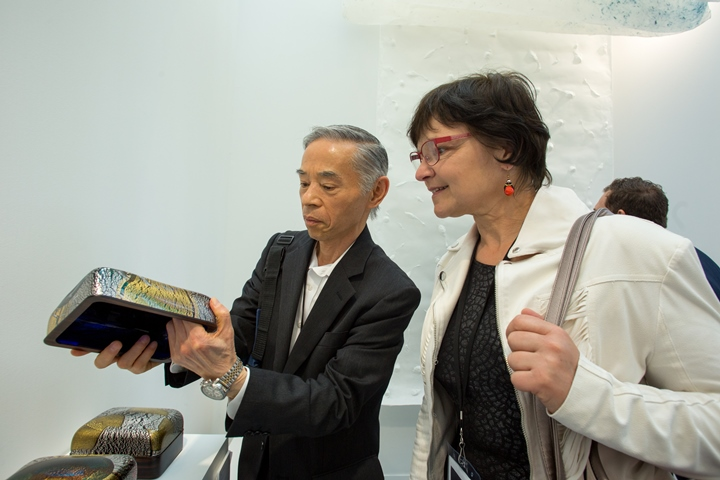 ピースクラフツSAGAのブース内で、来場者に作品を解説する副島太郎・副島硝子工業社長 写真:Julie Rousse