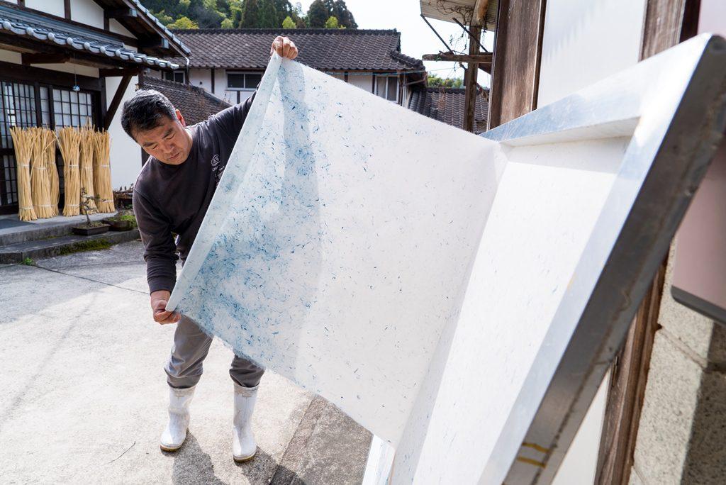 天日干しした和紙を剥がして仕上がりを確認