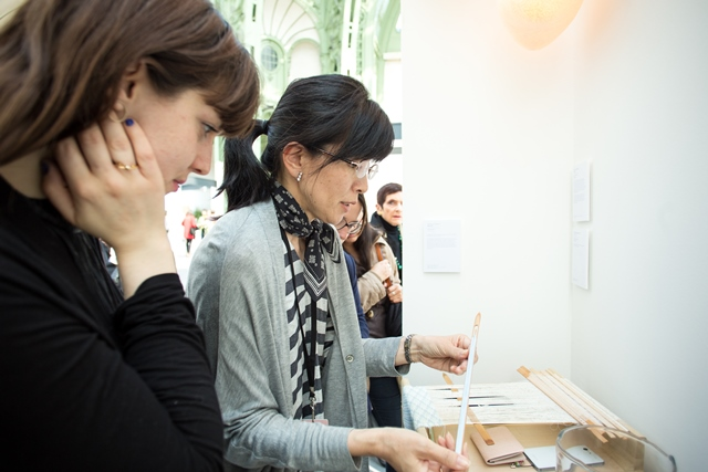 佐賀錦の技法を説明する大島洋子・佐賀錦振興協議会副会長 写真:Julie Rousse