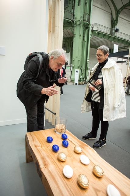欧州では、クス(楠)を素材に用いた家具は珍しく、クス材の香りにもエキゾチックさを感じる来場者が多かった (写真:Julie Rousse)