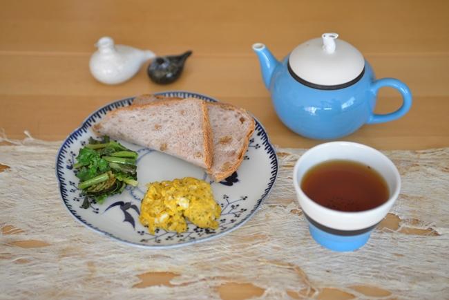 有田焼の絵付作家、たなかふみえさんの銀彩鳥小花花型皿。七寸サイズで、ワンプレート料理を盛るのにちょうどいい(写真すべて:下川一哉)