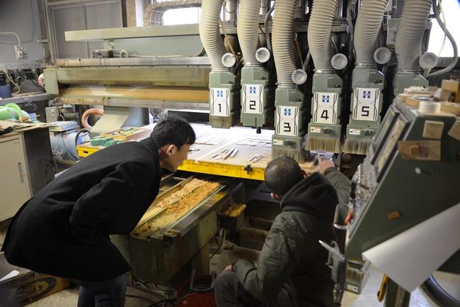 最初に飛鳥工房を視察した際、澄川さんは廣松さんから機械や設備の説明を受けた(写真すべて:下川一哉)