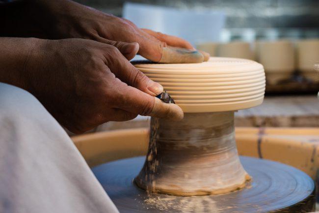 李荘窯の定番文様の1つ「千段」を表すため、ロクロを回して、カンナで削りを入れる