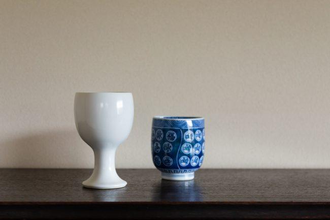 左が白磁の「ワインカップ」、右が染付の「三角湯飲み」