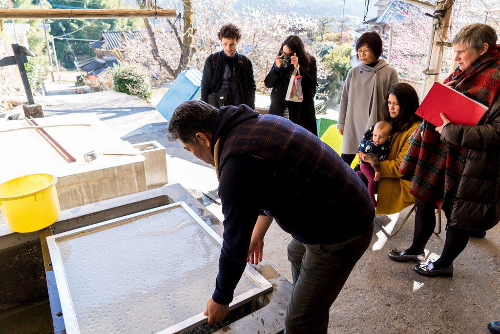 デザイナーらは工房を視察し、和紙漉きの工程を学んだ