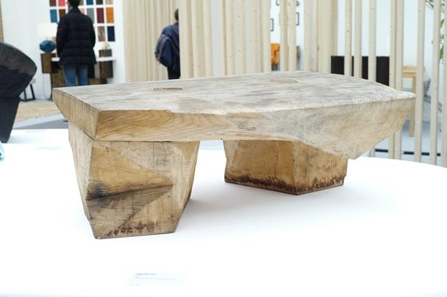 ロシアから出品された木製テーブル。