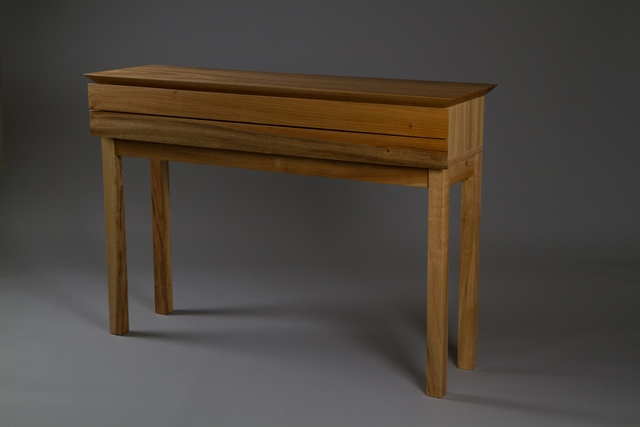 クスの一枚板を切断し、引き出しの前板としたチェスト「楠」(コンソールテーブル)