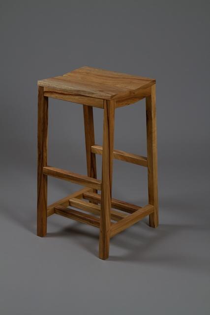 クス材の脚高椅子「根っこ」