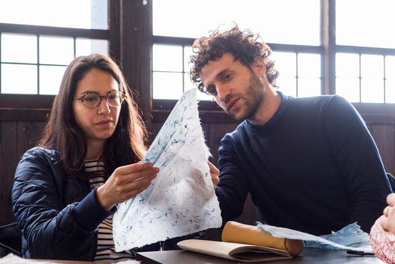 工芸事業者の工房を訪れたデザイナーのサラ・ルセールさん(左)とアーサー・ライトナーさん(右)
