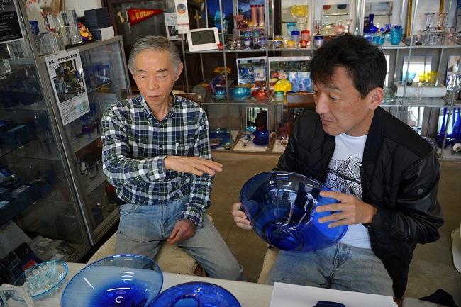 試作を基に、綿密に打ち合わせをする副島さん(左)と澄川さん(右)(写真:下川一哉)