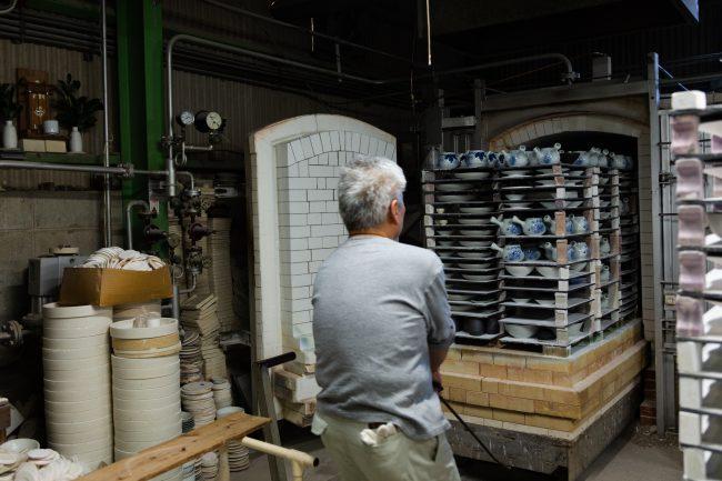 本焼成を終えた製品を窯から取り出しているところ